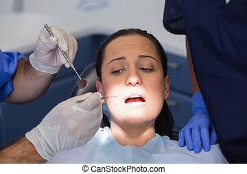 effrayé, examiner, dentiste, patient