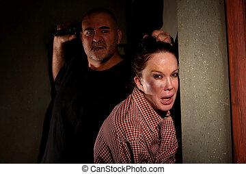 effrayé, femme, dans, couloir, à, menaçant, homme
