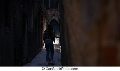effrayé, fermé., virages, mystérieux, étroit, marche, jeune...