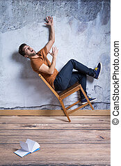 effrayé, homme, chaise, tomber