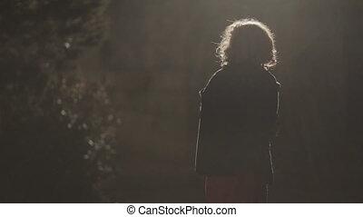 effrayé, lumière, parc, rue, va, girl, nuit, dehors