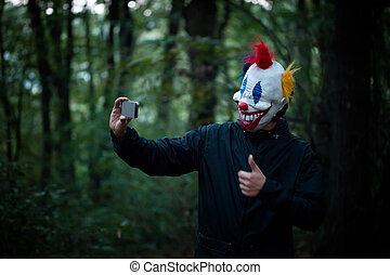 effrayant, smartphone, selfie, clown, bois, prendre