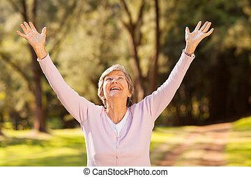 egészséges, öregedő woman, fegyver outstretched