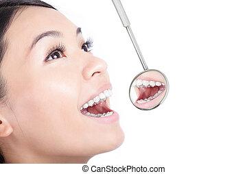 egészséges woman, fog, noha, egy, fogász, száj tükör