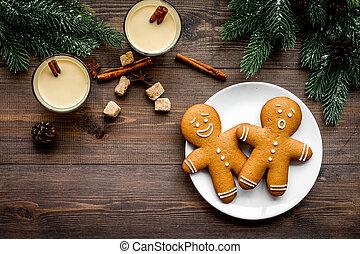 eggnog, per, natale, evening., due, occhiali, appresso, gignerbread, biscotto, e, abete rosso, ramo, su, scuro, legno, fondo, vista superiore, copyspace