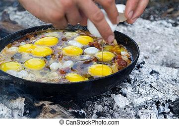eggs., kochen, gebraten, campfire.