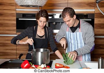 együtt, konyhában