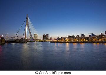 egy, éjszaka, kilátás, képben látható, erasmus bridzs, felett, a, nieuwe, maas, folyó, alatt, rotterdam, németalföld