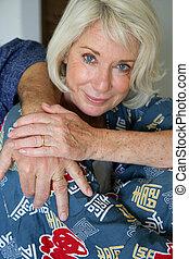 egy, öregedő woman, magához ölel, noha, neki, férj