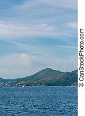 egy, csónakázik, képben látható, a, tenger, noha, toszkána, hegyek, alatt, háttér
