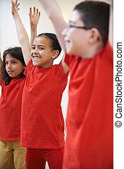 egy csoport gyerek, élvez, dráma, osztály, együtt