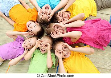 egy csoport gyerek, a parkban