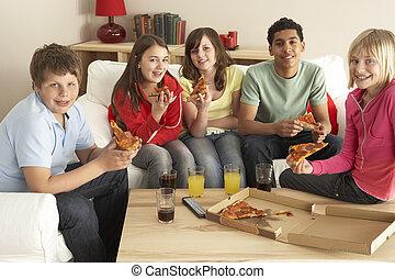egy csoport gyerek, eszik pizza, otthon