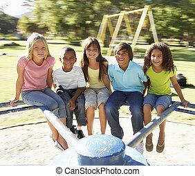 egy csoport gyerek, lovaglás, képben látható, körforgalom, alatt, játszótér