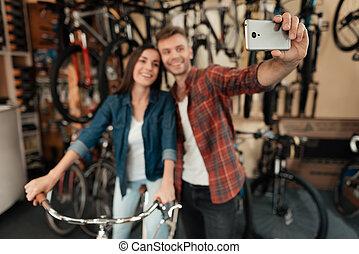 egy, fiatal, pasas, és, egy, leány, csinál, egy, selfie, -ban, egy, bicikli, store.