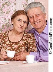 egy, gyönyörű, pár, közül, öregedő emberek, ül együtt