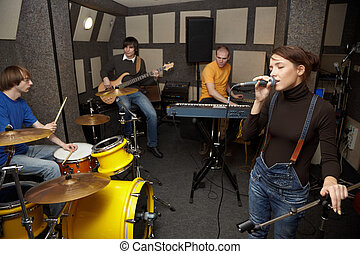 egy, kő banda, dolgozó, alatt, studio., énekes, leány, van, singing., összpontosít, képben látható, clothers, közül, énekes, leány