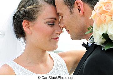 egy, newlywed, párosít, néz, boldog