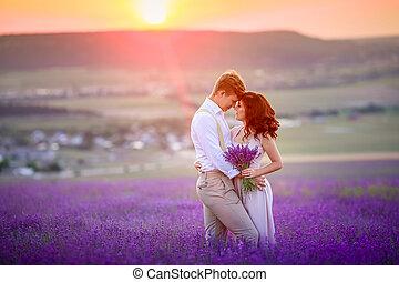 egy, szerető párosít, álló, alatt, egy, levendula terep, és, hugging., gyönyörű, menyasszony, öltözött, alatt, pazar, esküvő, dress., menyasszony inas, vannak, married.
