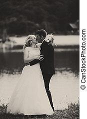 egy, tender, csókol, közül, newlyweds, álló, képben látható, a, tó part
