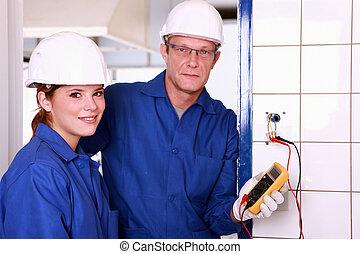 egy, villanyszerelő, és, övé, női, kolléga, átvizsgálás, egy, electrical kivezetés