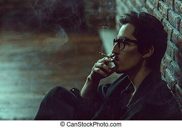 egyedül, pasas, dohányzó