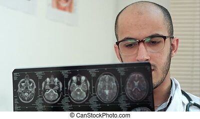 egzaminując, obliczony, rentgenolog, mózg, tomografia, ...