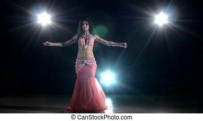egzotyczny, taniec, taniec, lekki, wstecz, tancerz, brzuch, długo-haired, czarnoskóry, dziewczyna, początkowy, ruch