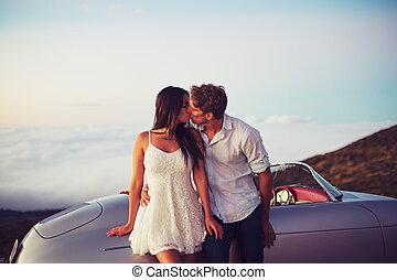 ehepaar, küßt, mit, klassisch, weinlese, sportwagen