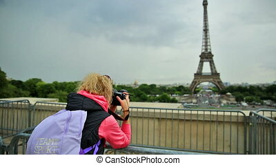 Eiffel Tower woman photographer - Professional photographer...