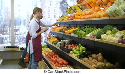 eigenaar, met, tablet, stocktaking, op, grocey, winkel
