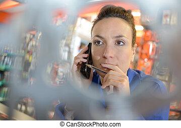 eigenaar, van, schoenenwinkel, op telefoon