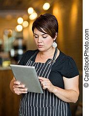 eigentümer, gebrauchend, digital tablette, in, café