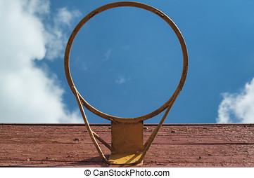 ein, altes , korb, spielen, basketball, auf, der, hintergrund, von, a, tageszeit, hell, trüber himmel, von, unterhalb