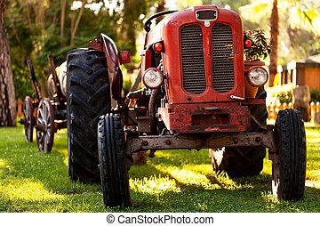 ein, altes , roter traktor, bei, a, bauernhof, field.