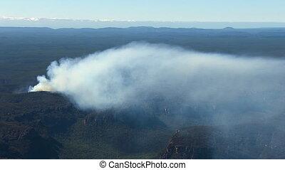 ein, luftschuß, von, berge, mit, rauchwolken