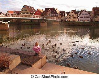 Rottenburg am Neckar - Ein Maedchen und Enten am Neckar,...