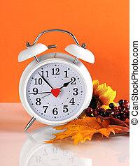 einden, concept, klok, herfst, daglicht, herfst, achtergrond., spaarduiten, tijd, sinaasappel