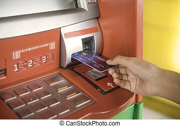einfügenden geld, geldautomat, hand, maschine, kreditkarte, zurücknehmen, gebrauchend, bank, mann