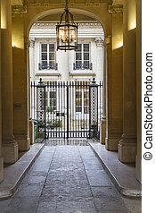 eingang, von, a, historisches gebäude, in, paris, frankreich