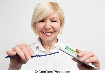 einige, schließen, mouth., schnitt, sie, zahnpasta, toothbrush., freigestellt, hintergrund., weißes, wants, frau, vuew, setzen, dame, sorgfalt, über, auf, sie, sauber, haben, teeth.