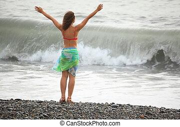 eins, freudig, frau, tragen, badeanzug, gleichfalls, bleiben, bei, wasser, auf, meer, coast., welle, in, fokus
