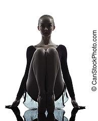 eins, kaukasier, junge frau, ballerina, ballettänzer, dehnen, wärmend, in, silhouette, studio, weiß, hintergrund