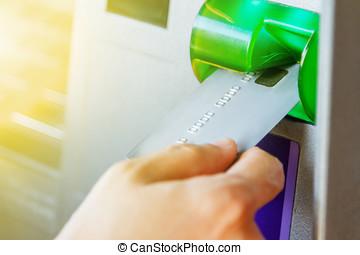 einsetzen, maschine, frau, geldautomat, hintergrund, karte, zurücknehmen, fragen hand ausweis, fokus., kredit, wahlweise, hintergrund, geldautomat, gebrauchend, geld, bank