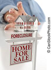 ejecución hipoteca, señal, delante de, mujer, alcanzar, casa