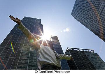 ejecutivo masculino, en la ciudad, con, salida del sol