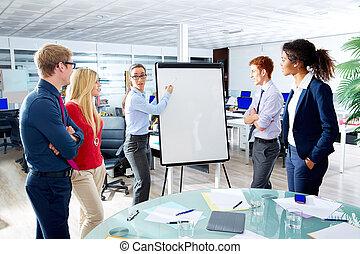 ejecutivo, mujer, presentación, multi étnico, equipo