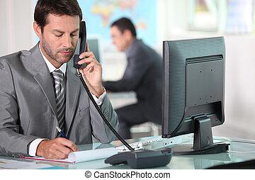 ejecutivo, por teléfono, en, oficina