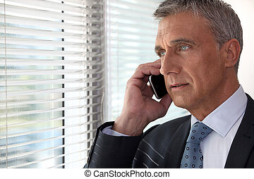 ejecutivo, teléfono, delante de, ventana