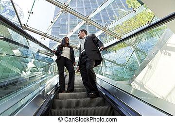 ejecutivos, en, un, escalera mecánica